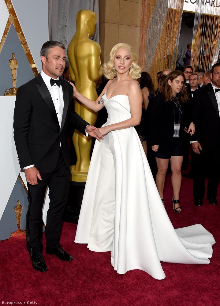 Lady Gagát egyébként a Till It Happens To You című daláért jelölték a legjobb betétdal Oscarjára, de nem kapta meg