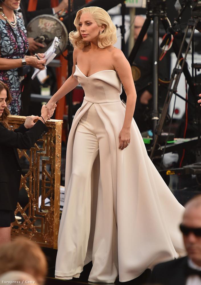 Lady Gaga egy olyan ruhában érkezett meg az Oscar-díjátadóra, amely valószínűleg egyedül neki áll jól ebben az univerzumban.