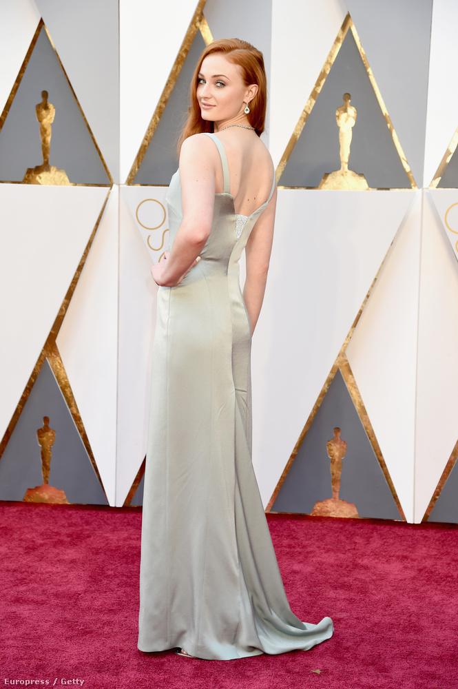 Ugye emlékeznek, hogy nemrég tettük szóvá, milyen szép nő lett a Trónok harca Sansa Starját alakító Sophie Turnerből?