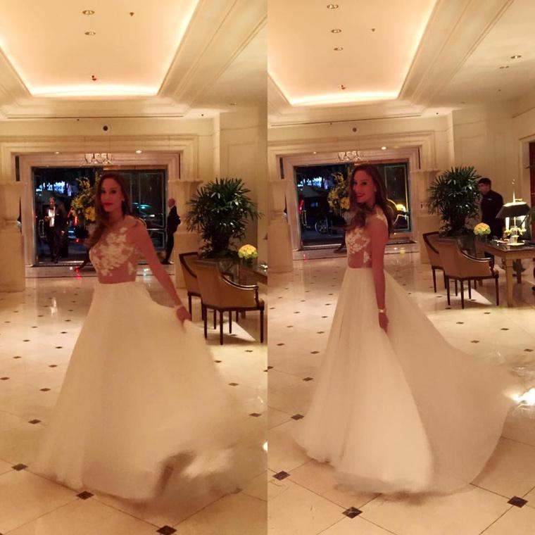 Vajnáné Facebookon megmutatta az Oscar-gálán viselt ruháját is, ami legalább annyira menyasszonyi volt, mint Rogánné Story-gálás szettje