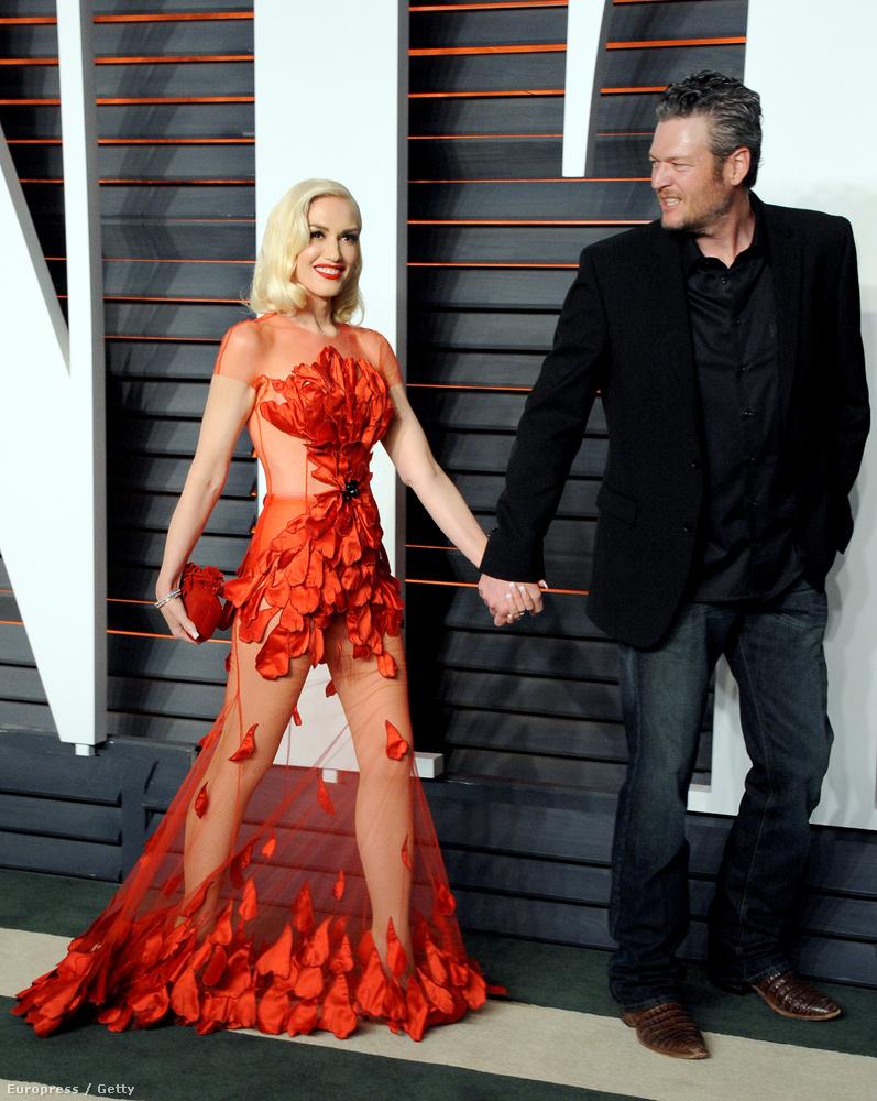 Gwen Stefani és Blake Shelton első vörösszőnyeges eseményére a páros nőtagja lotyós pipacsnak öltözött