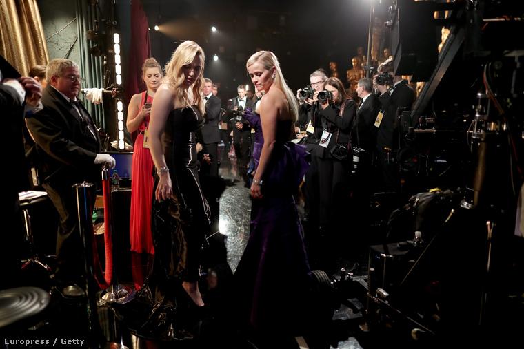 Itt még Winslet Reese Witherspoon társaságában egyengette a szoknyaalját