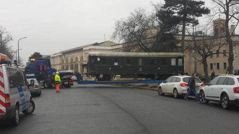 a Tatai úti, Budapesti Vasúttörténeti Parkba.A Waggont azonban valahova, az M3-as közelébe szállítják egy gyártelepre
