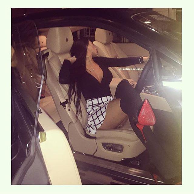 Sok autóban egy random nagymellű lány is az alapfelszereltség része.