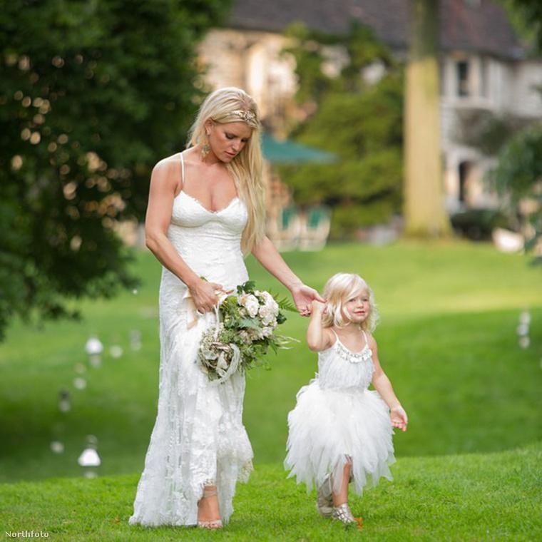 2014 szeptemberében Jessica Simpson is megosztott egy fotót, amin lányával együtt koszorúslánykodtak