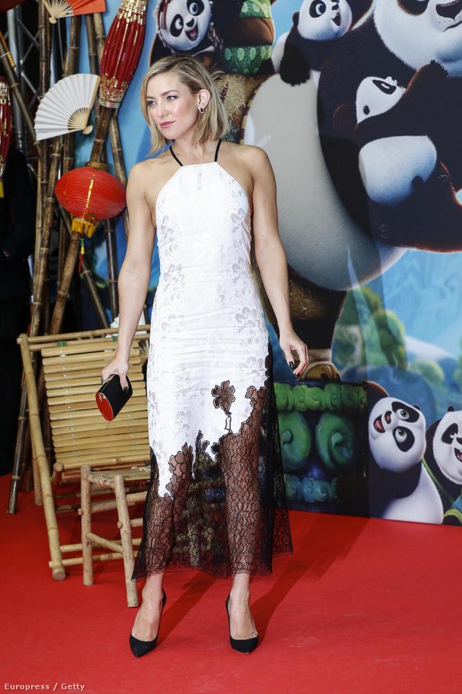 Kate Hudson szerdán Berlinben vett részt a Kung Fu Panda 3 premierjén, ahol a fotón látható göncöt viselte.