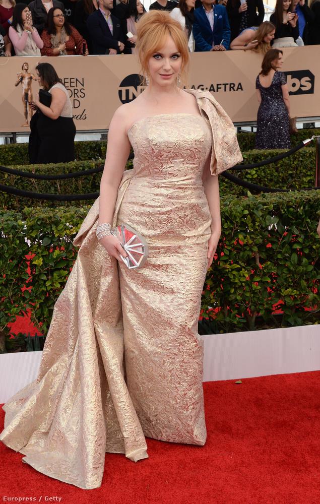 Christina Hendricks kivételesen eltette a melleit, és így végre látszik királynői termete.