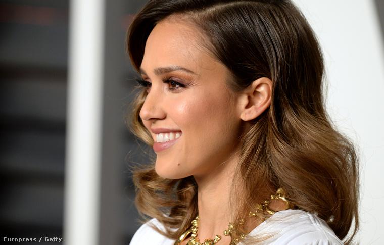 Jessica Albáról felesleges bármit írni, maradjunk a tényeknél: a színésznő 34 éves.