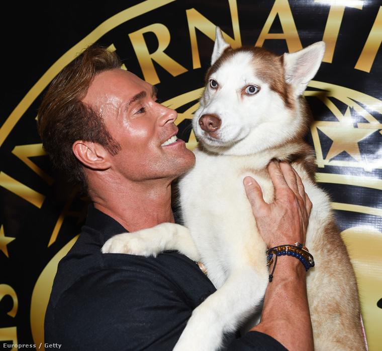 Közben nézze meg ezt a kedves képet! Mike O'Hearn és a kutyája