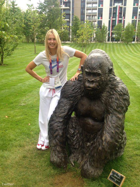 Ez meg egy majom szobra mellett a londoni olimpia faluban.