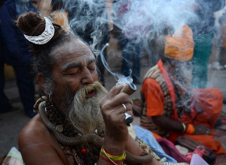 Azt meg már valószínűleg kitalálta, mitől ennyire nyugodt és boldog ez a hindu szent ember