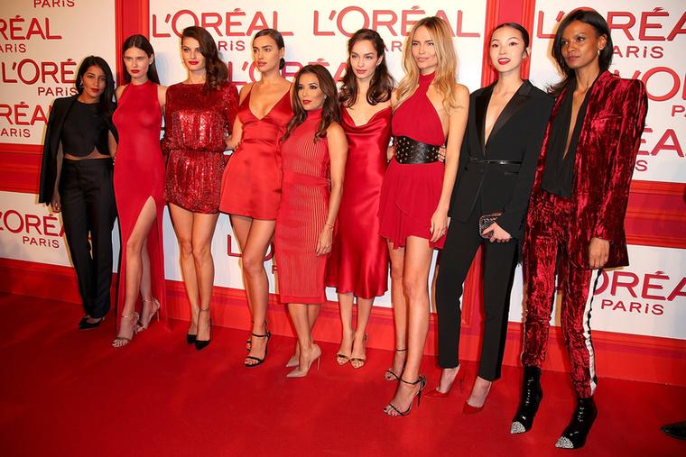A L'Oreal párizsi buliján a sok piros nő között elbújt Eva Longoria is
