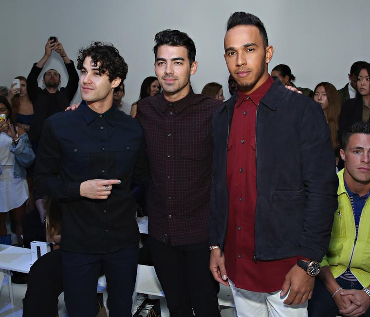 Amíg a celebes (Darren Criss és Joe Jonas) képek lefoglalják, elmondanánk, hogy Lewis Hamilton nem tartozik a legnépszerűbb hírességek közé