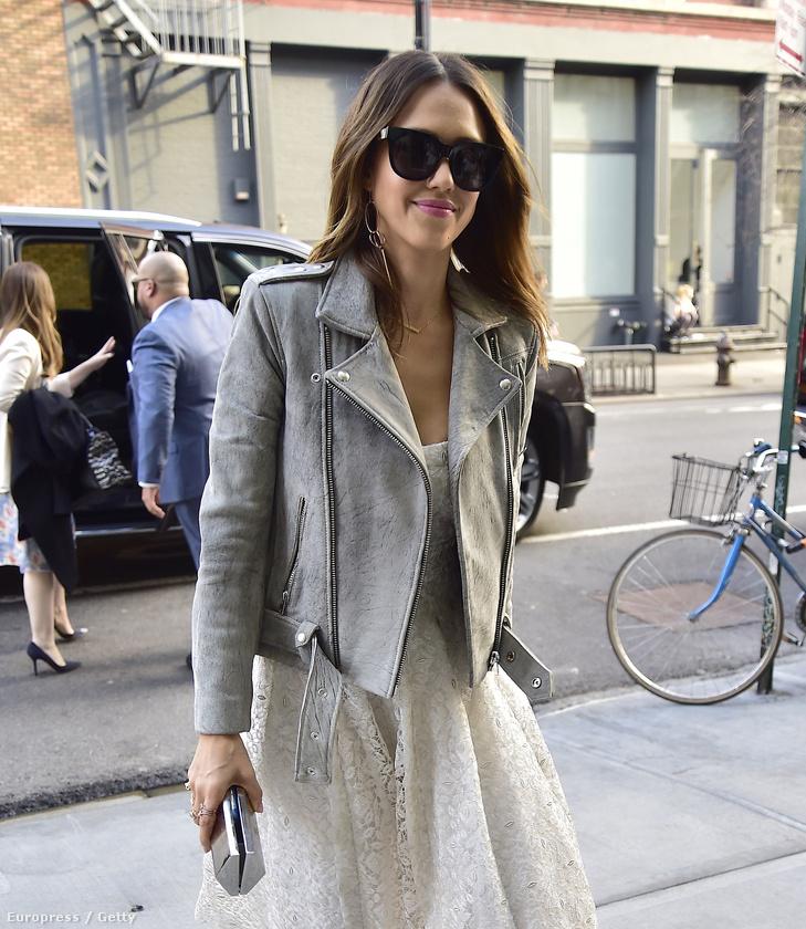 Itt ragadjuk meg az alkalmat, hogy megjegyezzük, a színésznő új terméke a Springtime in Paris Diaper Collection, ami magyarul Tavasz Párizsban pelenkakészletnek feleltethető meg.