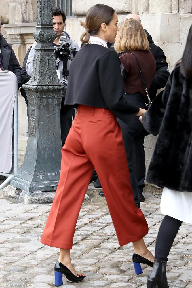 itt pedig a párizsi divathéten tartott Dior-bemutatóra sétál be.