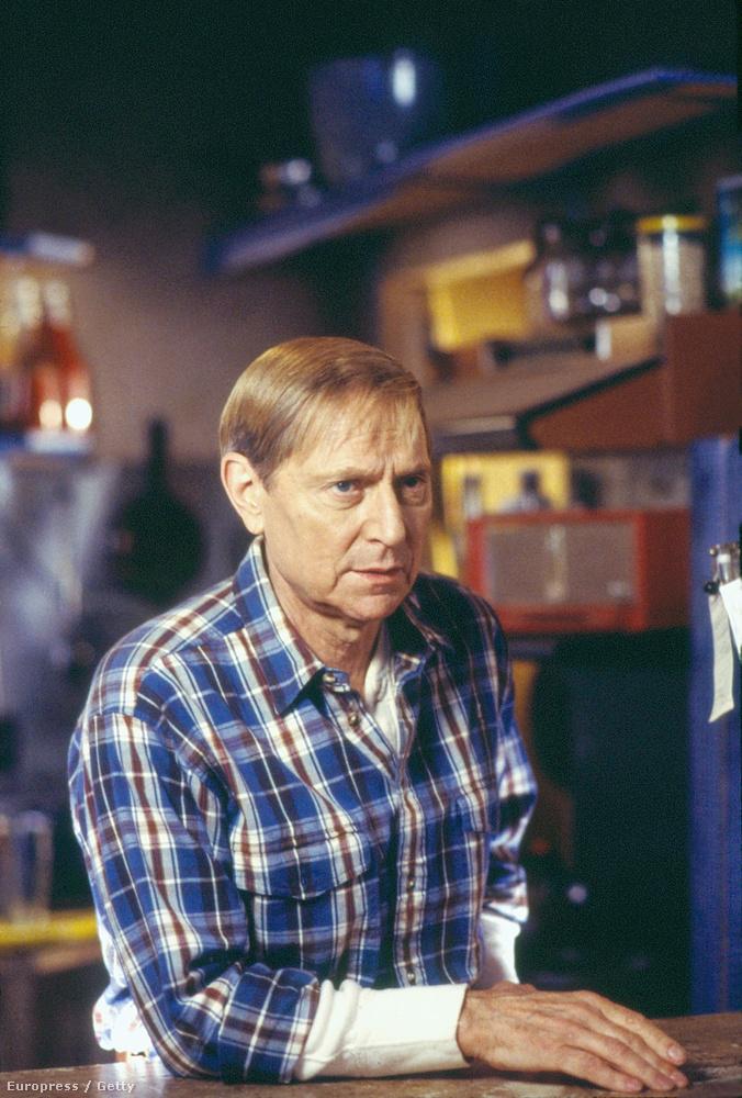 A Hollingot alakító John Cullum a sorozat előtt elismert, Tony-díjjal is jutalmazott Broadway-sztár volt.