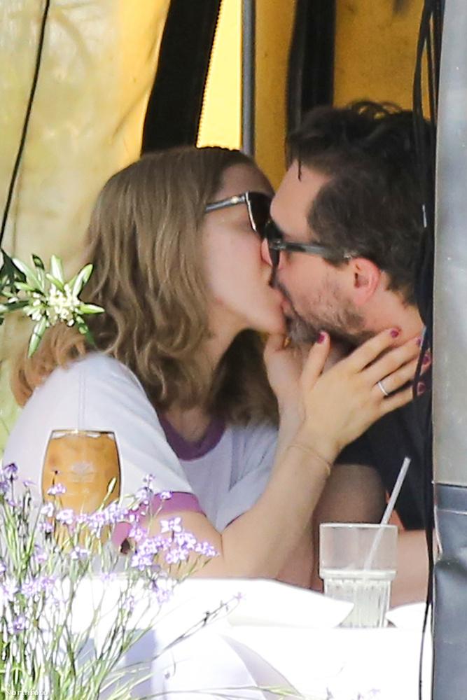 Bizony, csókolóztak is