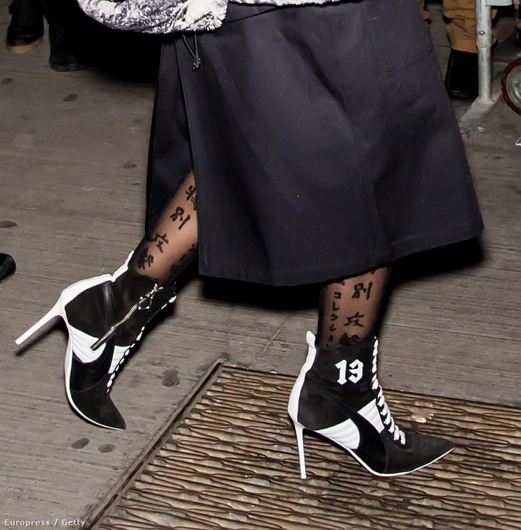 Bizarr sportcipő, megpatkolva, és fura harisnya - kitől számítanának ilyesmire?