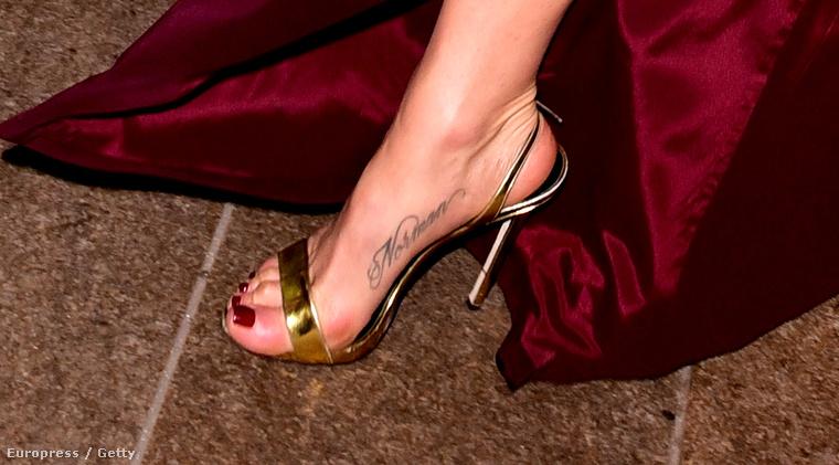 Kalandozzunk tovább a tetovált lábfejek világában egy igazi úrinővel