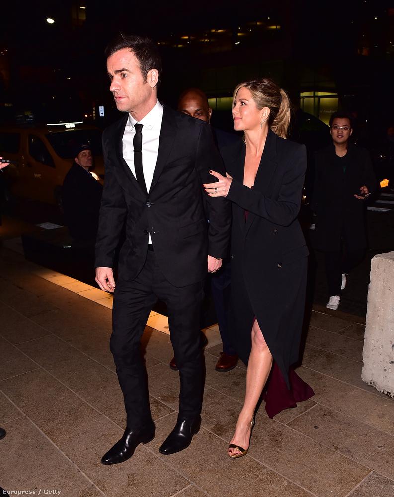 Jennifer Anistonról van szó, aki itt a férjével, Justin Theroux-val látható.