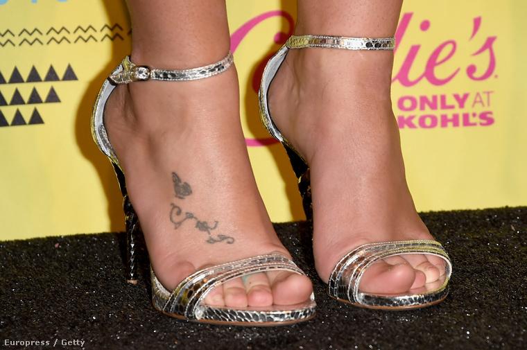 Kis segítség: tetovált a lábfeje.
