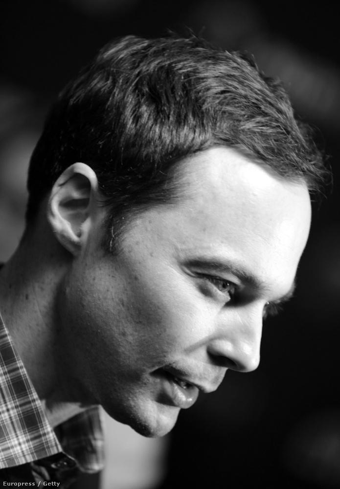 Sheldon azért mérsékelten szexi így fekete-fehérben is, ellenben a fesztiválon kiderült - az egyik néző tette fel a kérdést - , hogy sorozatbeli karakterével ellentétben nem olvas képregényeket.
