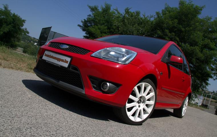 A Fiesta amúgy is híres élvezetes vezethetőségéről, az ST-nél pedig ez még a Mondeóból ismer kétliteres motorral is párosul