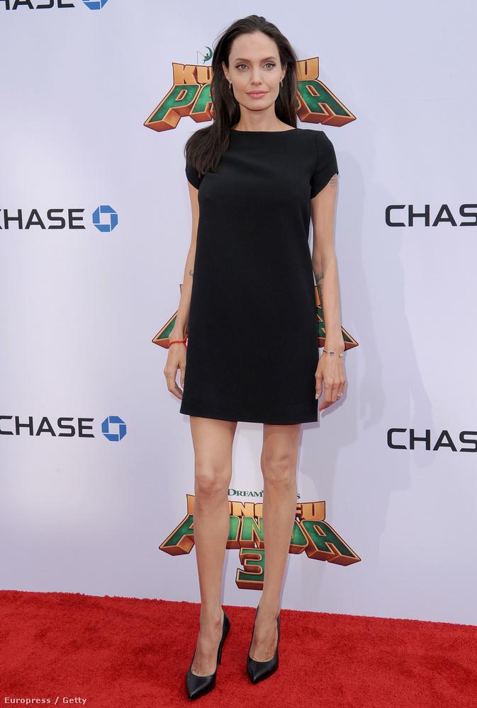 Angelina Jolie negyven, és benyomásaink szerint a bolygó legjobb plasztikai sebészeit alkalmazhatja.