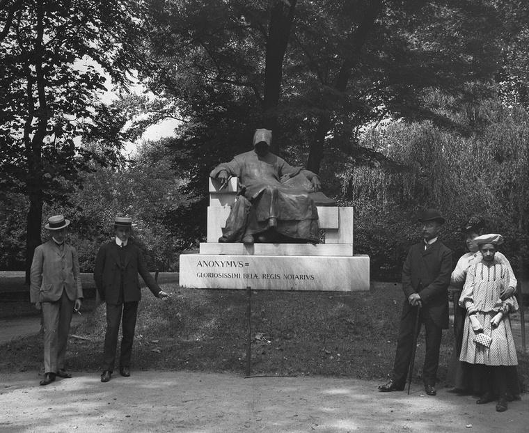 Anonymus szobra a Városligetben négy évvel az elkészülte után, tehát 1907-ben