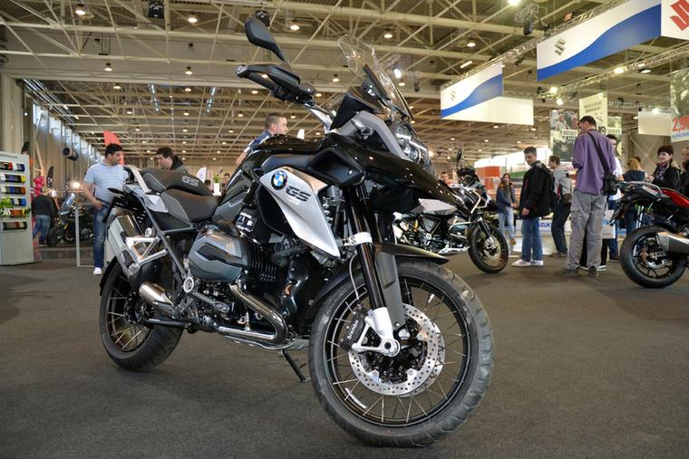 A BMW elég szerény standot villantott, a GS-nek viszont tagadhatatlanul jól áll ez a fekete szín.