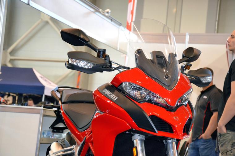 Ducati Multistrada 1200 - valahol félúton van egy túraenduró és egy sportmotor között.