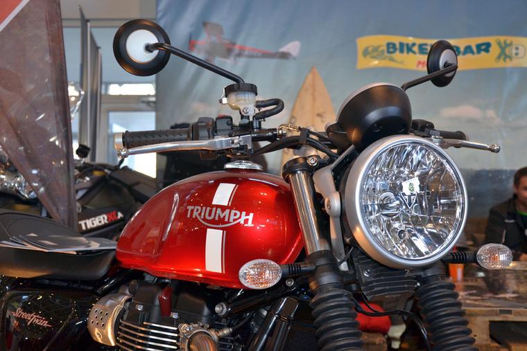 Bár idén a Triumph is távol maradt a motorkiállítástól, a Motozin standjára bezsúfoltak egyet az új Speed Twinből.