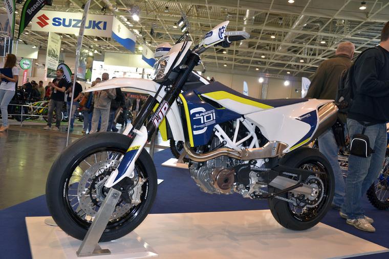 A Husqvarna 701 Supermotó műszaki alapjai a KTM 690 SMC R-ből származnak, ám a körítés és a hangolás más - ez első sorban utcai motor.