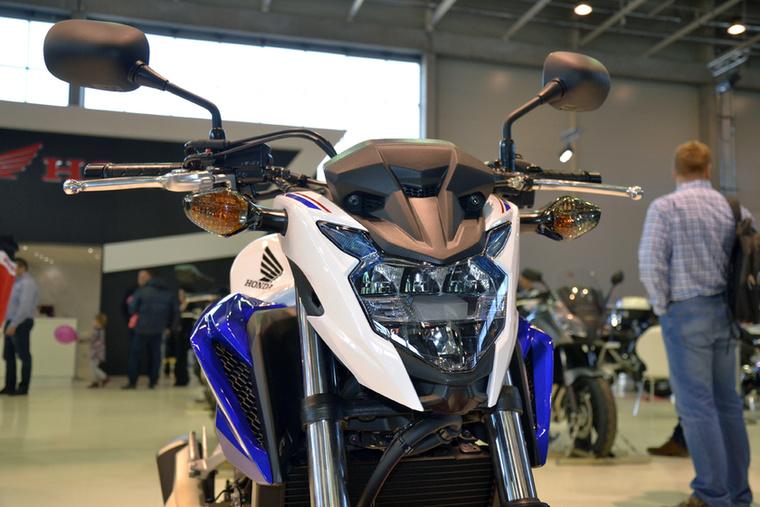 A Honda CB500 is kapott a fiatalító kúrából, ezáltal sokkal sportosabb lett a megjelenése - amúgy az egyik legkezesebb kezdőmotorról van szó, döbbenetesen jól manőverezhető.