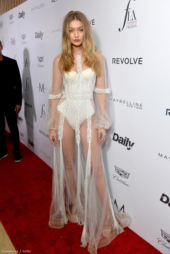 Egy Los Angeles-i díjátadóra érkezett a modell egy hálóingszerű izében