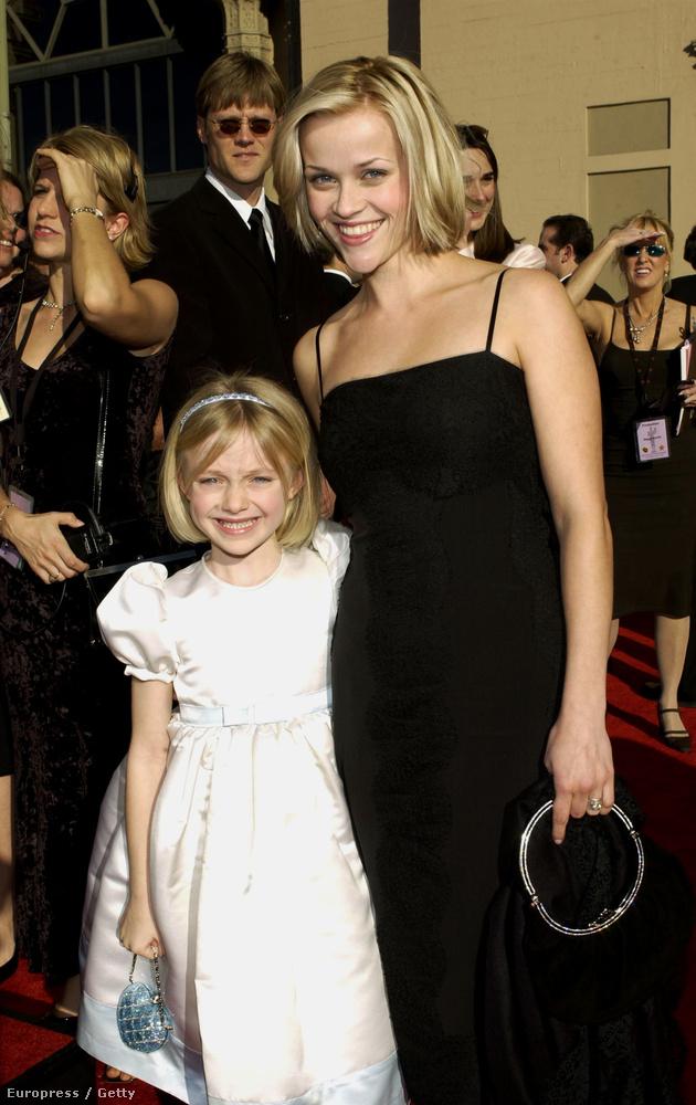 2002: csak a viszonyítás kedvéért mutatjuk ezt a képet, amelyen Dakota Fanninggel látható.