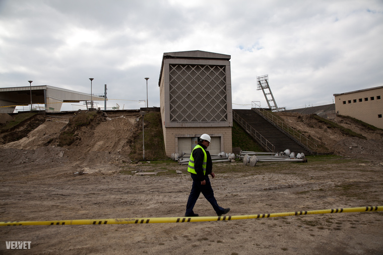 Skardelli György tervező-építész elmondta, hogy a stadion jelenlegi formájában amúgy sem élt volna már túl sokáig, mivel az utóbbi húsz évben csupán a lelátó legalsó szintje volt némiképp használható