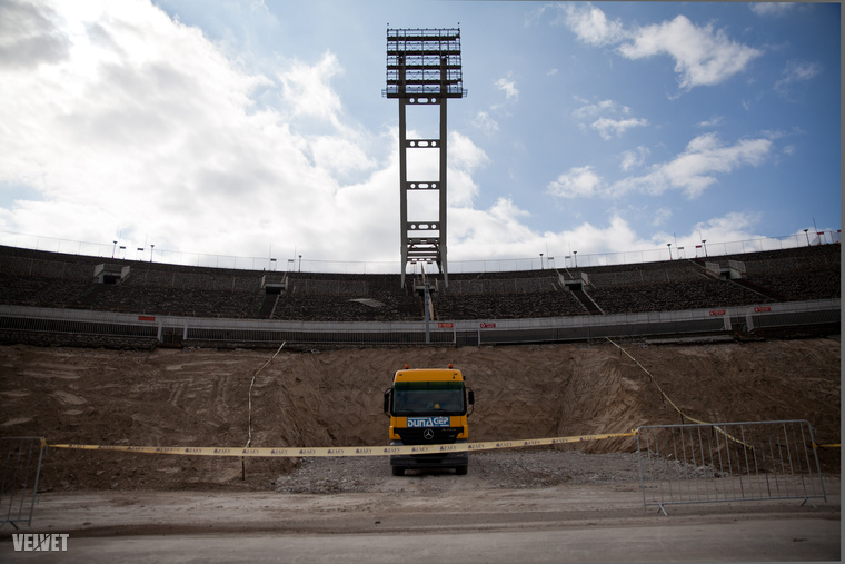 Az épület teljes egészében fedett lesz: azon túlmenően, hogy ezt az UEFA előírásai is megkövetelik, a stadion minden bizonnyal kevesebb rongálódásnak lesz kitéve a jövőben