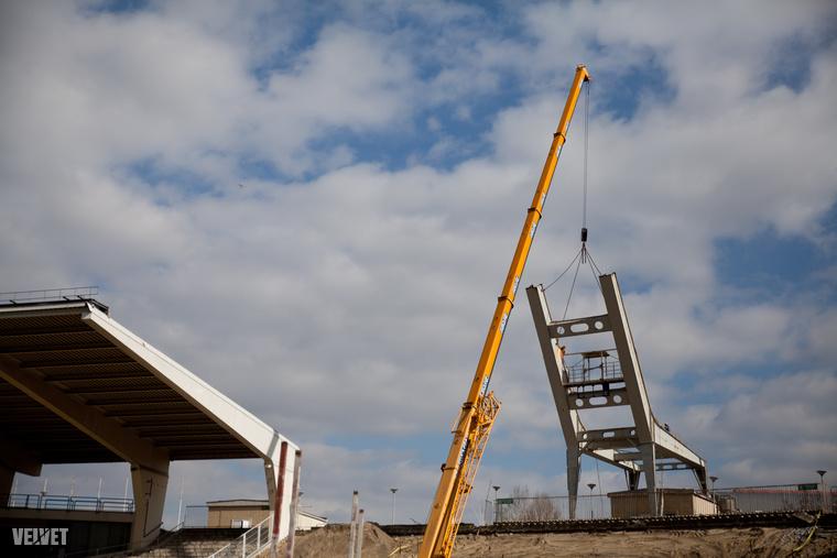 Az előző stadionhoz képest az új épület alapterülete 76 ezer négyzetméterrel kisebb lesz, nem kevés, a kivitelezésre szánt pénzt megspórolva ezzel