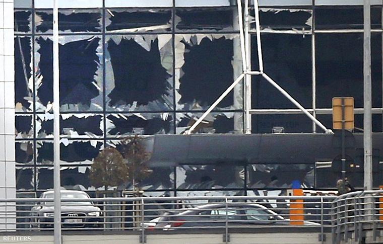 Az első terrorcselekmény a repülőtéren történt, a biztonsági ellenőrzés alatt álló területen kívül