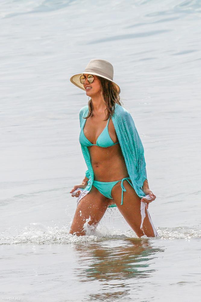 A türkiz színű bikini elég jól áll neki.