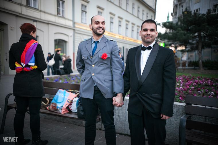 Csütörtök este hat órára melegesküvőt szervezett a Budapest Pride szervezet a Deák térre