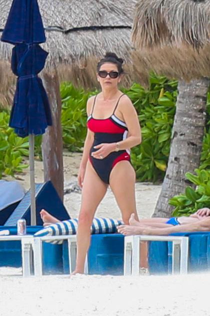 Ha már fürdőruha,akkor Catherine Zeta-Jonest sem felejthetjük ki, hisz nem mindennap látni így.