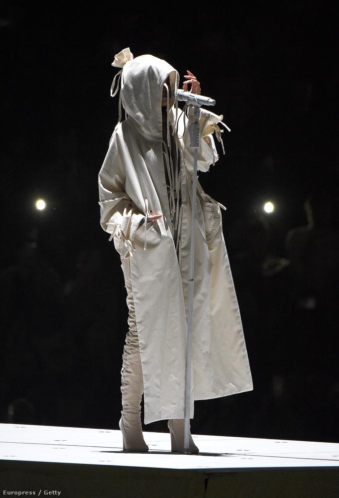 Rihanna aktuális turnéjáról végre van néhány fontónk, amelyeket nagy örömmel mutatunk meg, mert az énekesnő pompásan mutat rajtuk