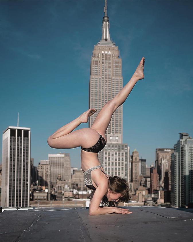 A magas életet Mar Shirasuna japán fotós helyezte új kontextusba: a szexi modellek ruháik jelentős részétől megszabadulva pózolnak neki New York épületeinek tetején.