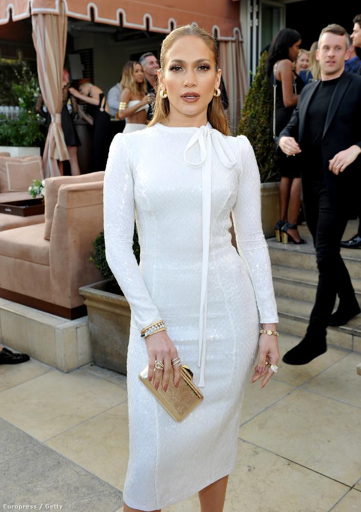 Jennifer Lopez, ki más? A két képet összehasonlítva jól látszik, milyen keveset változott kamaszkora óta az énekes-előadóművész arca