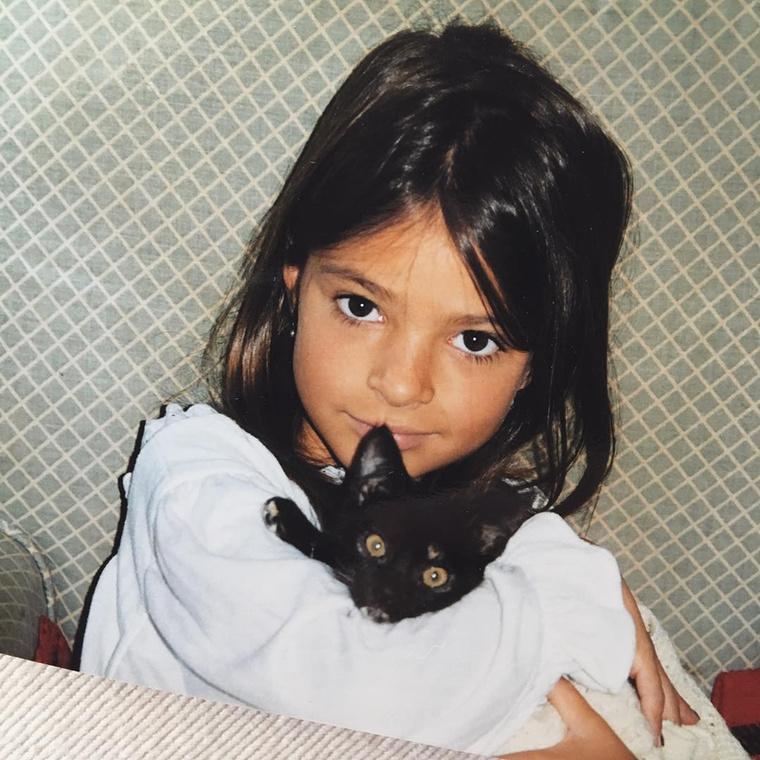 Hát ez a szaffiszerű kislány, a cicájával?