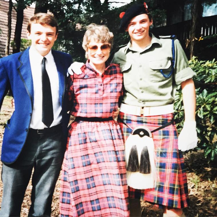 A kép jobb oldalán álló fiatalember érdekes most nekünk, biztosan ismerős.