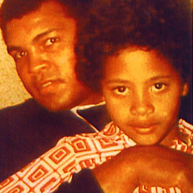 Muhammad Ali egy cuki kisgyereket ölel itt, akiből
