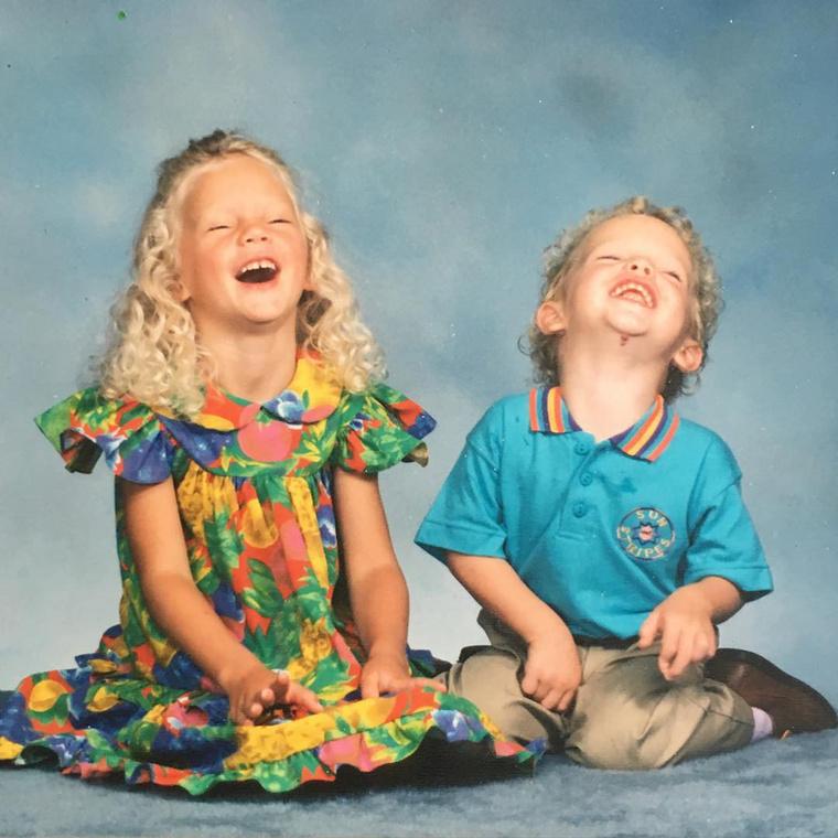 Ez a kislány itt még jókat kacag a testvérével, Austinnal, akinek születésnapjára megajándékozta az internetet ezzel a fotóval,